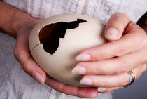 Woman holding broken ostrich egg von Sami Sarkis Photography