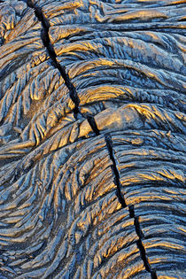 Crack in pahoehoe lava von Sami Sarkis Photography