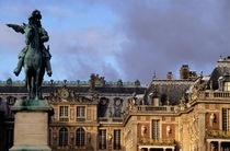 Versailles Palace's courtyard with King Louis 14th statue von Sami Sarkis Photography