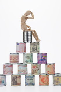 Depressed mannequin on tin cans pyramid von Sami Sarkis Photography