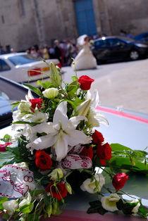 Wedding bouquet on car von Sami Sarkis Photography