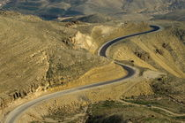 Winding  King road in Wadi Mujib Valley von Sami Sarkis Photography