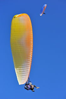 Paragliders flying in tandem von Sami Sarkis Photography