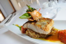 Shrimp tail and fried fish on top of onions von Sami Sarkis Photography