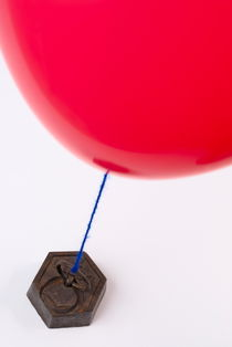 Balloon tied to weight von Sami Sarkis Photography