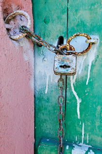 Padlock and chain on old wooden door von Sami Sarkis Photography
