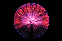 Plasma ball making electric discharges from a central electrode von Sami Sarkis Photography