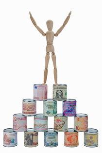 Mannequin on banknotes pyramid von Sami Sarkis Photography