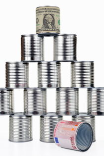 Tin can surrounded by US dollar note on top of pyramid von Sami Sarkis Photography