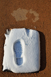 Shoe's print in snow on sidewalk von Sami Sarkis Photography