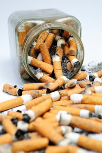 Jar overflowing with cigarette butts von Sami Sarkis Photography