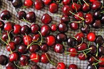Cherries on table von Sami Sarkis Photography