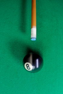 Pool cue striking black Eight ball von Sami Sarkis Photography