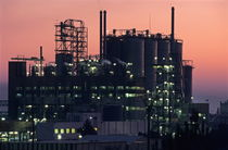 Illuminated petroleum refinery at sunset von Sami Sarkis Photography