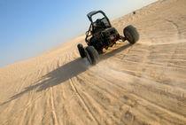 Beach buggy speeding across Sahara desert  von Sami Sarkis Photography