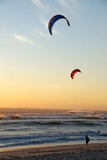 Kite surfers on beach at sunset von Sami Sarkis Photography