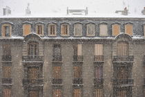 Snow falling on old building von Sami Sarkis Photography