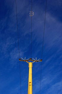 Electrical pylon on blue sky at sunset von Sami Sarkis Photography