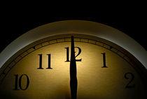 Clock pointing to 12 von Sami Sarkis Photography