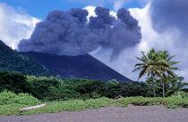Smoking Yasur Volcano von Sami Sarkis Photography