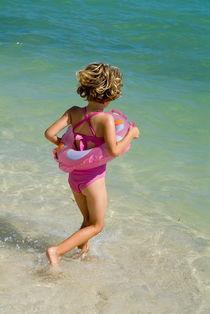 Girl running into water on beach von Sami Sarkis Photography