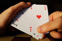 Man holding four Aces cards in hand von Sami Sarkis Photography