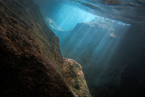 Sunrays penetrating underwater cave near surface von Sami Sarkis Photography