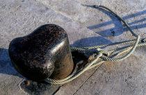 Rope tied around bollard von Sami Sarkis Photography