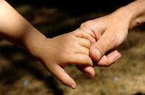 Mother holding baby daughter's (2-4) hand von Sami Sarkis Photography