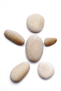 Pebbles arranged in shape of human von Sami Sarkis Photography
