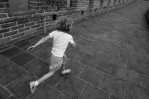 Girl running away on Great Wall of China von Sami Sarkis Photography