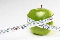 Tape measure round green apple von Sami Sarkis Photography