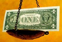 Scale weighing one US dollar banknote. von Sami Sarkis Photography