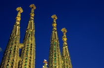 Spires of the Sagrada Familia cathedral at dusk von Sami Sarkis Photography