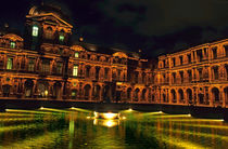 La Cour CarrÈe and the building of the Louvre illuminated at night von Sami Sarkis Photography