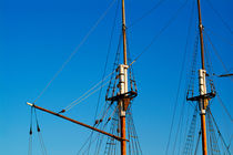 Masts of sailing ships without sails. von Sami Sarkis Photography