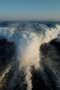 Foamy wake of a motor boat in the Mediterranean Sea von Sami Sarkis Photography