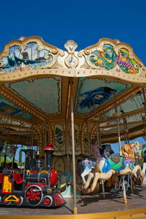 Young girl imagining herself riding on a real horse while on a carousel ride at an amusement park. von Sami Sarkis Photography