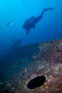 Diver exploring shipwreck von Sami Sarkis Photography