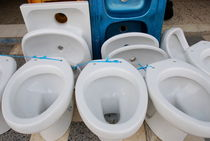 Toilet bowls and sink for sale in street von Sami Sarkis Photography