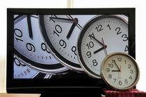 Multiple clocks on TV screen von Sami Sarkis Photography