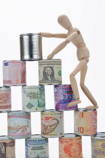 Mannequin climbing tin cans pyramid von Sami Sarkis Photography