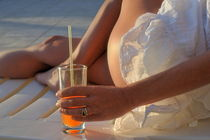 Woman holding cocktail glass while sunbathing von Sami Sarkis Photography