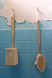 Brushes on wet peeling paint wall von Sami Sarkis Photography