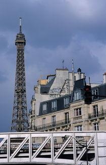Eiffel Tower behind metro train bridge von Sami Sarkis Photography