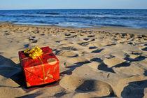 Wrapped gift box on beach von Sami Sarkis Photography