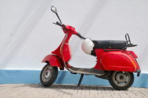 Red Vespa scooter by wall von Sami Sarkis Photography
