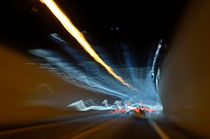 Speeding car inside a highway tunnel von Sami Sarkis Photography