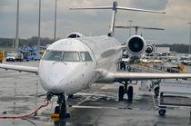 Airplane being prepared on tarmac von Sami Sarkis Photography