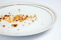 Crumbs in white plate von Sami Sarkis Photography